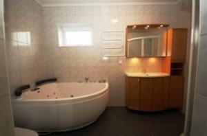 Badrum undervåning med bubbelbad och separat dusch
